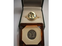 18ct yellow gold seal engraved signet ring, with seal.