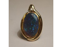 18ct yellow gold pendant set with Opal and Diamond