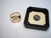 Oval 18ct signet ring seal engraved, with seal
