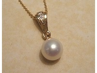 9ct yellow and white cultured pearl pendant with diamonds set into runner