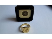 18ct signet ring seal engraved with crest and motto, showing wax impression